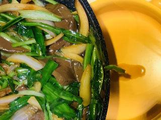 韭菜炒鴨血,起鍋;