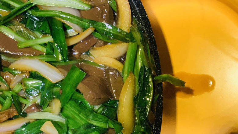 韭菜炒鸭血,起锅;