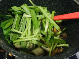 韭菜炒鴨血,加入韭菜;