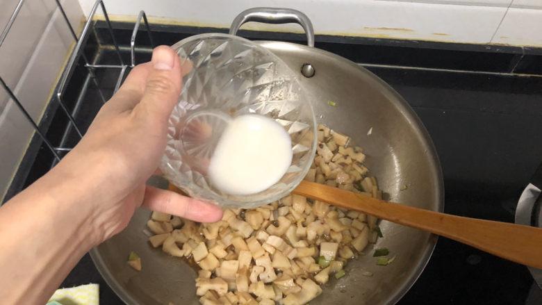 糖醋藕丁➕ 茵蔯春藕香,淋上少许水淀粉,转中大火,不断翻炒