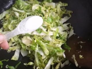 爆炒卷心菜,在倒入一勺盐,在翻炒,