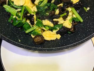 菠菜木耳炒雞蛋,炒均勻,出鍋;
