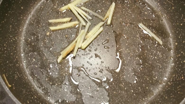 韭菜炒鸭血,起油锅 油热后放入姜丝翻炒出香味