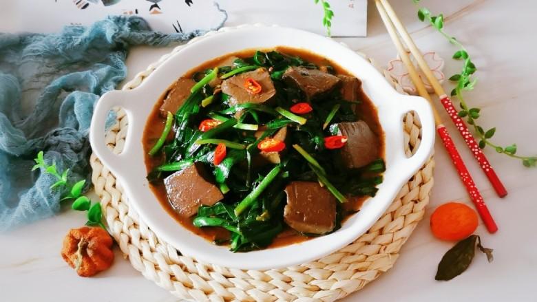 韭菜炒鸭血,出锅装盘