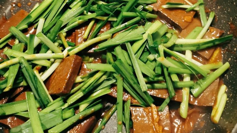 韭菜炒鸭血,先放入韭菜梗部分 翻炒