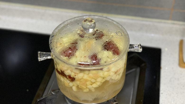 苹果银耳红枣汤,放入红枣,再煮5分钟
