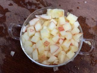 蘋果銀耳紅棗湯,把果肉切成小丁