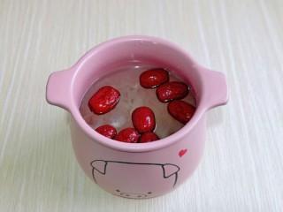 蘋果銀耳紅棗湯,水量一定一次性加夠,中途不要加水。