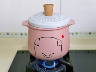 蘋果銀耳紅棗湯,蓋上蓋子,大火燒開,轉小火慢熬。