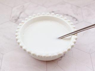 彩色圓子橘子椰奶昔,椰奶粉用開水沖泡后放涼備用。