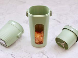 彩色圓子橘子椰奶昔,把切丁的橘子放入臻米便攜果汁機中。