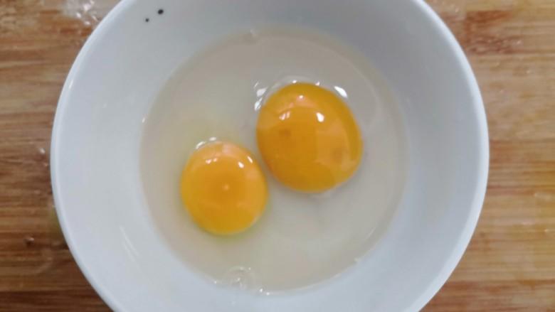 莴笋炒鸡蛋,腌制莴笋时,我们把鸡蛋,磕入碗中
