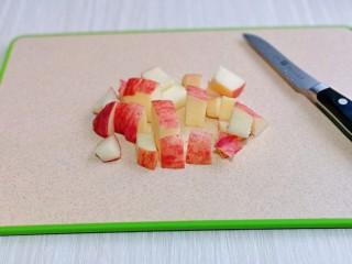 蘋果銀耳紅棗湯,蘋果洗干凈,切小塊。(蘋果一定要等銀耳熬好后再切,避免氧化)