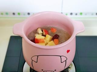 蘋果銀耳紅棗湯,銀耳熬到濃稠,加入蘋果丁。
