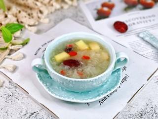 蘋果銀耳紅棗湯,盛出裝碗,即可食用。