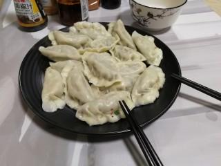 韭菜豬肉餡水餃,煮好后 起鍋裝盤