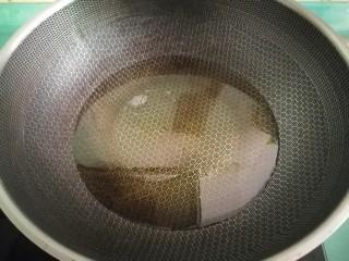 超下飯的紅燒茄子,現在準備炸茄子,鍋中放適量的油