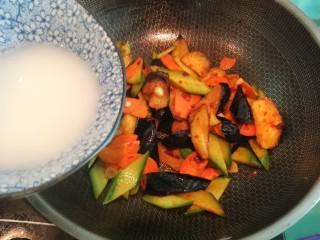 超下飯的紅燒茄子,最后加入水淀粉,大火翻炒均勻