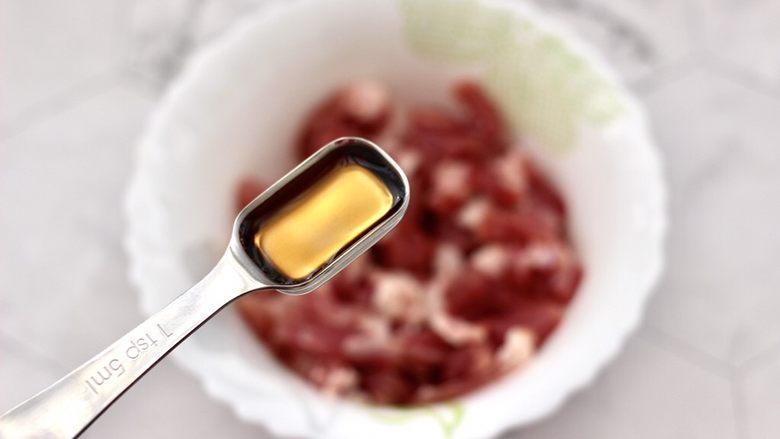 爆炒卷心菜,把切条的梅花肉放到碗里,先加入<a style='color:red;display:inline-block;' href='/shicai/ 718'>料酒</a>去腥调味。