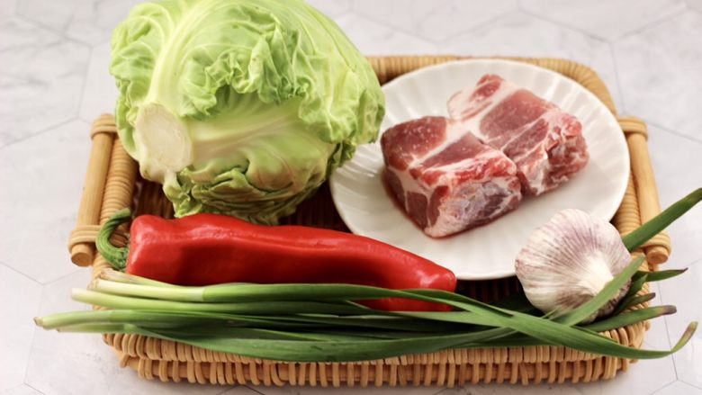 爆炒卷心菜,首先备齐所有的食材。