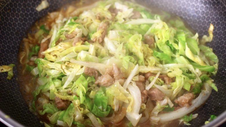 爆炒卷心菜,大火继续翻炒至卷心菜出汁变色。