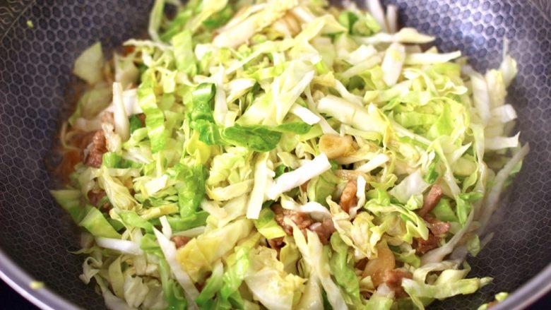 爆炒卷心菜,这个时候加入卷心菜丝,大火继续翻炒均匀。