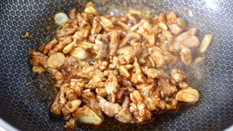 爆炒卷心菜,大火继续翻炒至梅花肉条断生。