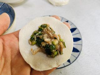 韭菜豬肉餡水餃,取一張餃子皮放上韭菜豬肉餡