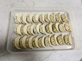 韭菜豬肉餡水餃,依次包好放在保鮮盒里