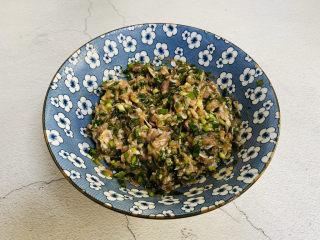 韭菜豬肉餡水餃,順著一個方向攪拌上勁