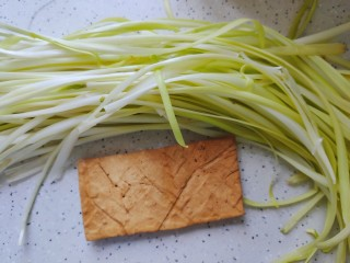 韭黃炒香干,首先我們準備好所有食材