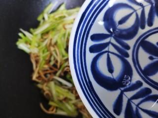 韭黃炒香干,加少許熱開水