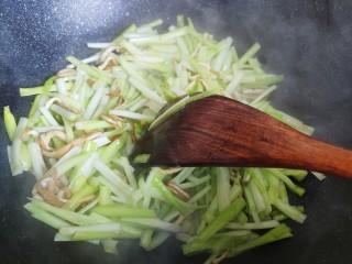 韭黃炒香干,翻炒至湯汁收緊