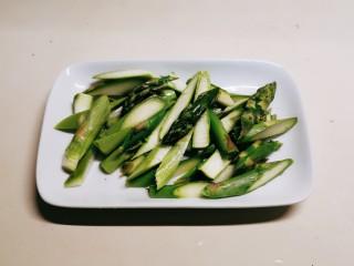 蘆筍炒牛肉,切段