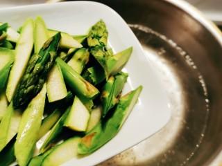 蘆筍炒牛肉,放入開水中汆燙 加入1克鹽 幾滴食用油