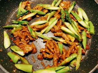 蘆筍炒牛肉,翻拌均勻 入味