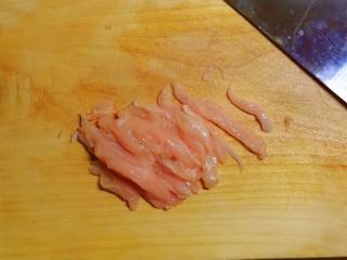 韭黃炒肉絲,雞胸肉切絲