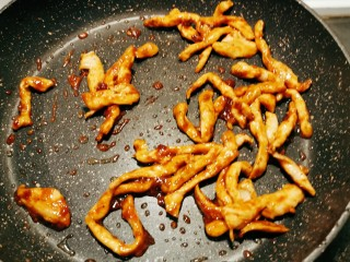 韭黃炒肉絲,放入豆瓣醬 甜面醬 翻炒均勻