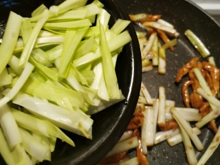韭黃炒肉絲,后放入韭黃葉部分翻炒斷生
