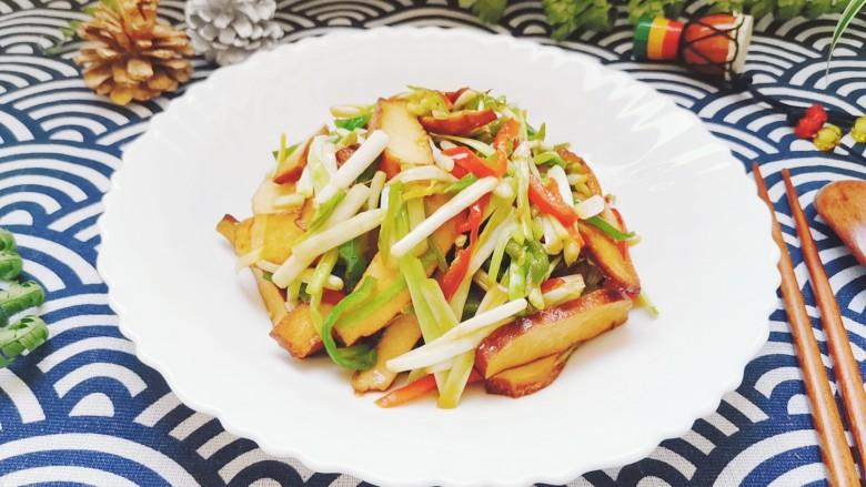 韭黄炒香干,炒好装盘,特别快手的一道菜完成啦