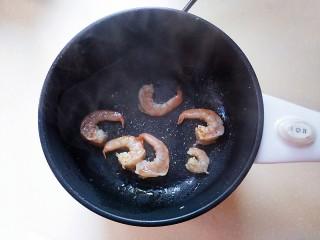 萵筍炒蝦仁,鍋里倒油放入蝦仁,炒至兩面變色。