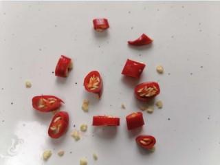 花蛤粉絲,小米辣切成丁狀