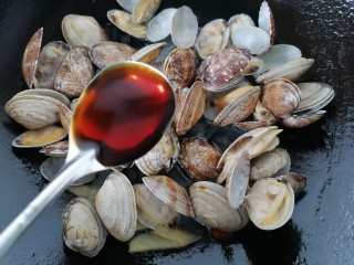 花蛤粉絲,加入兩勺生抽提鮮