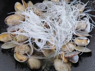 花蛤粉絲,加入少許水然后將粉絲放入鍋內