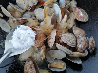 花蛤粉絲,翻炒均勻加入少許白糖提鮮