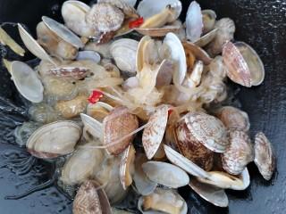 花蛤粉絲,翻炒均勻入味即可出鍋