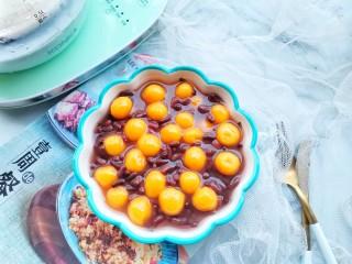補血養顏的紅豆南瓜糯米丸子,盛入紅豆湯里即可。