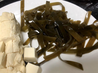 花蛤豆腐湯?淺紅淡白間深黃,海帶絲切段