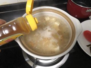 花蛤豆腐湯?淺紅淡白間深黃,加入一茶匙太太樂雞汁