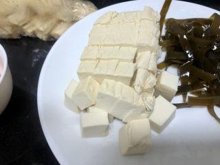 花蛤豆腐湯?淺紅淡白間深黃,嫩豆腐切小塊